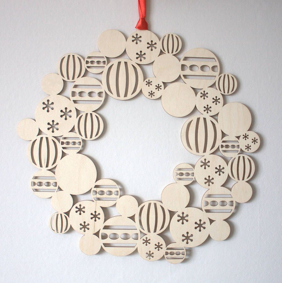 Are you interested in our wooden Christmas wreath? With our modern Christmas  decoration you need look no further.