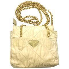 Vintage Prada quilted nylon ivory beige shoulder bag with golden chain straps  Diese und weitere Taschen auf www.designertaschen-shops.de entdecken