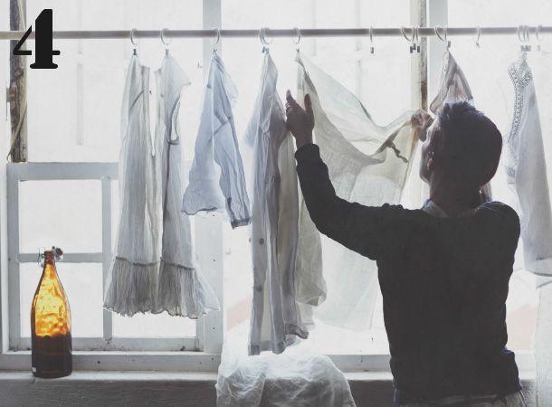 mit einer gardinenstange und ein paar haken kannst du kleidung im fenster zum trocknen aufh ngen. Black Bedroom Furniture Sets. Home Design Ideas