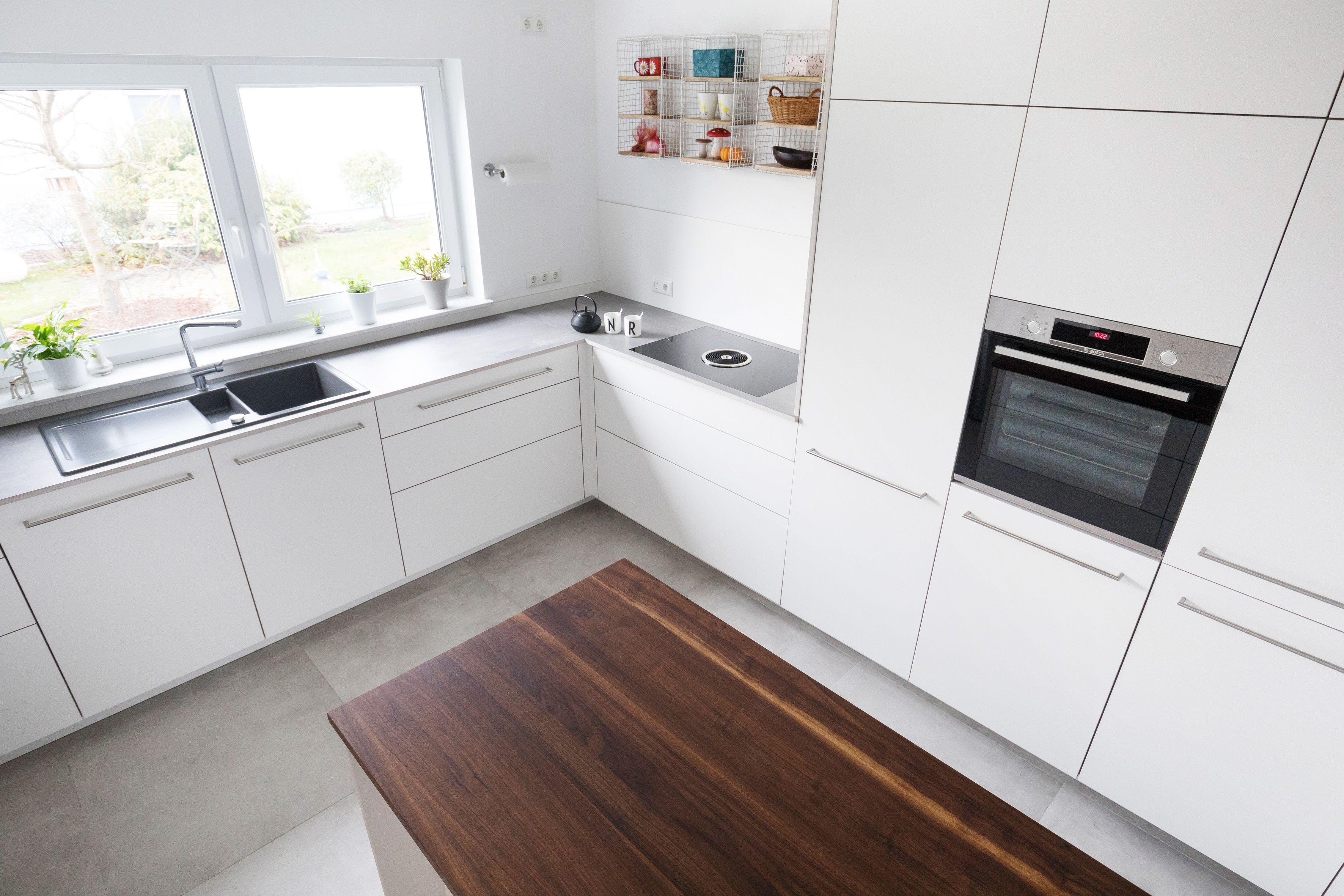 weisse Küche  Schreinerküche  deckenhoch  Holz  Moderne