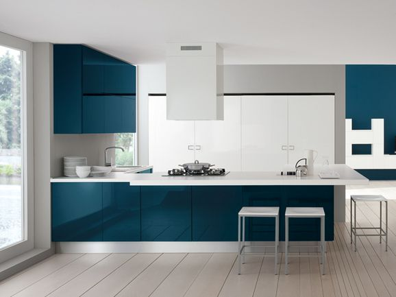 Cucina Moderna Blu.Cucina A Penisola Color Blu Di Prussia Con Piano Di Lavoro