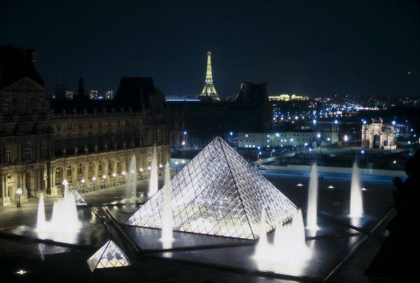 Le Louvre de nuit - vue des toits Photo Serge Sautereau  http://www.serge-sautereau.com/