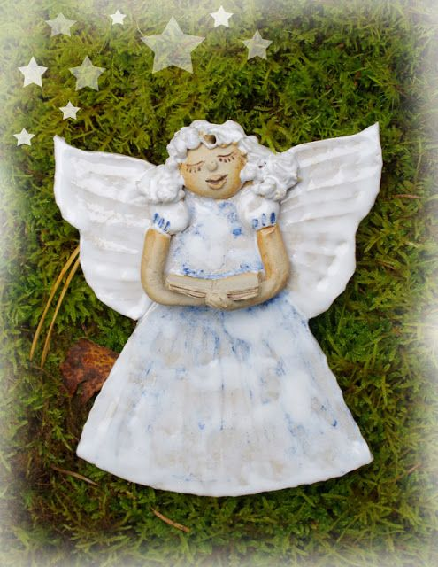 Singing angel. Height 14cm.