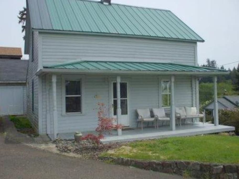 Front Porch - Get $25 credit with Airbnb if you sign up with this link http://www.airbnb.com/c/groberts22