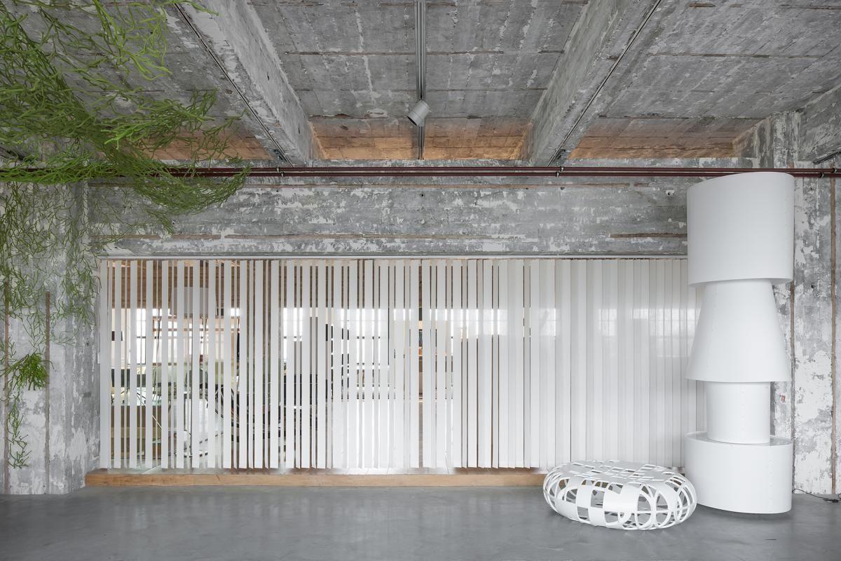 jasno verticale lamellen in een loft jasno swings verticale lamellen sonnenschutz fenster. Black Bedroom Furniture Sets. Home Design Ideas