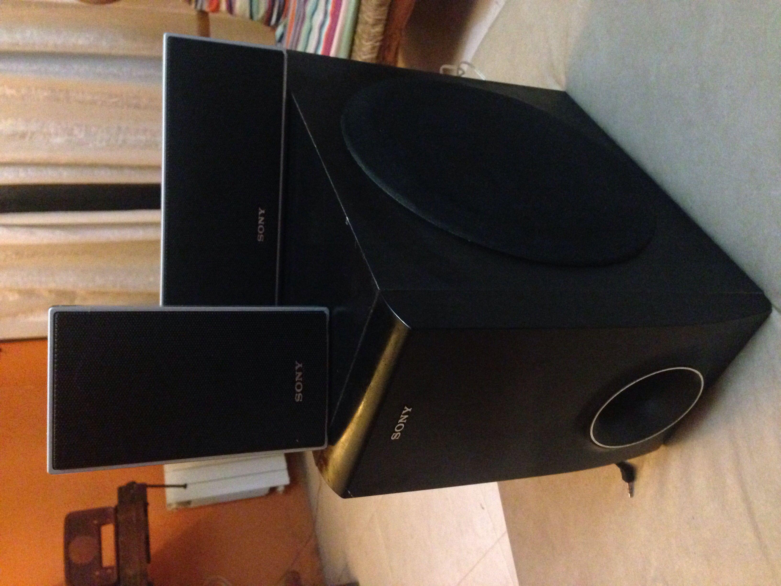 Juego de parlantes Sony 4 chiquitos 1 frontal y subwoofer $ 1800