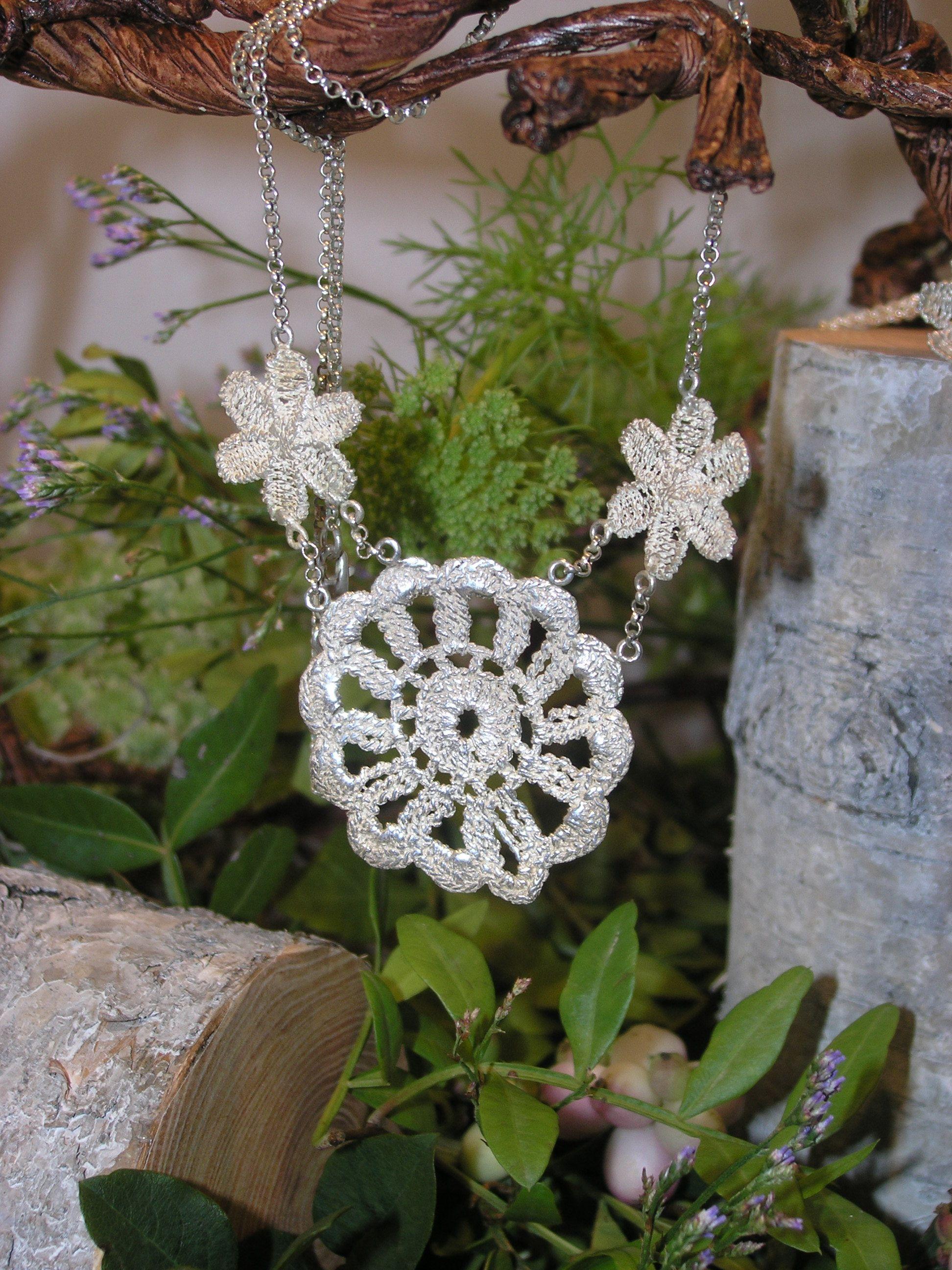 Zilveren collier. In zilver gegoten kant - Door Jeannette de Brouwer (Jeann@ Goudsmid) || #sieraden #collier #ketting #zilver #kant #goudsmid #juwelier #handgemaakt #handmade