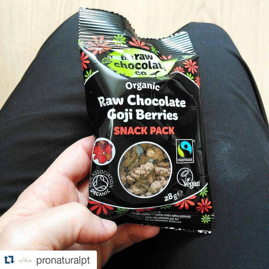"""""""#Repost @pronaturalpt  Bagas Goji com chocolate cru.  Com pasta de cacau cru, bagas Goji, açúcar de côco, manteiga virgem de cacau e cacau em pó. Vegan,…"""""""