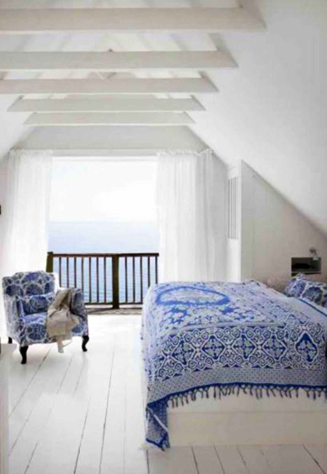 White and blue bedroom and so to bed pinterest for Decorer sa chambre adulte