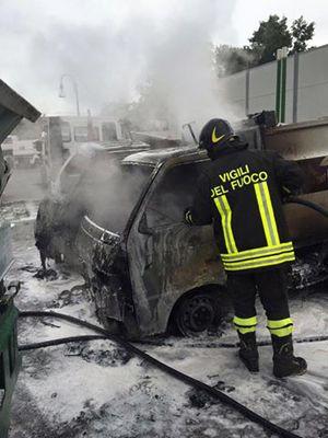 Pescara un incendio distrugge tre mezzi di Attiva