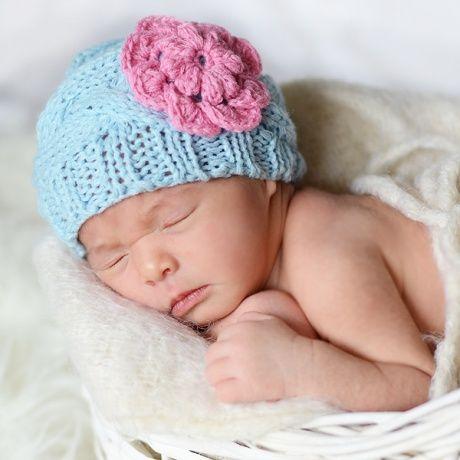Gorrito de bebé celeste con flor rosa Un gorro hecho a mano de punto muy… 90f41144ff7