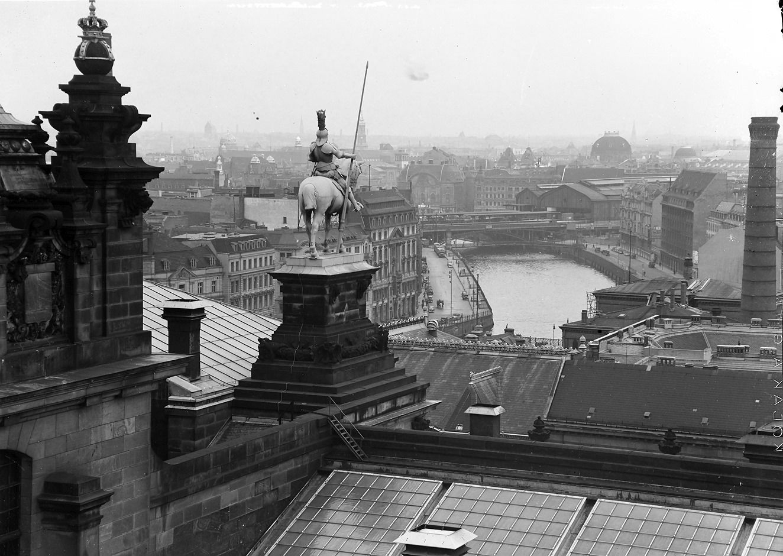 1938 Berlin, Reichstag, Blick vom Südwest Turm auf Bahnhof