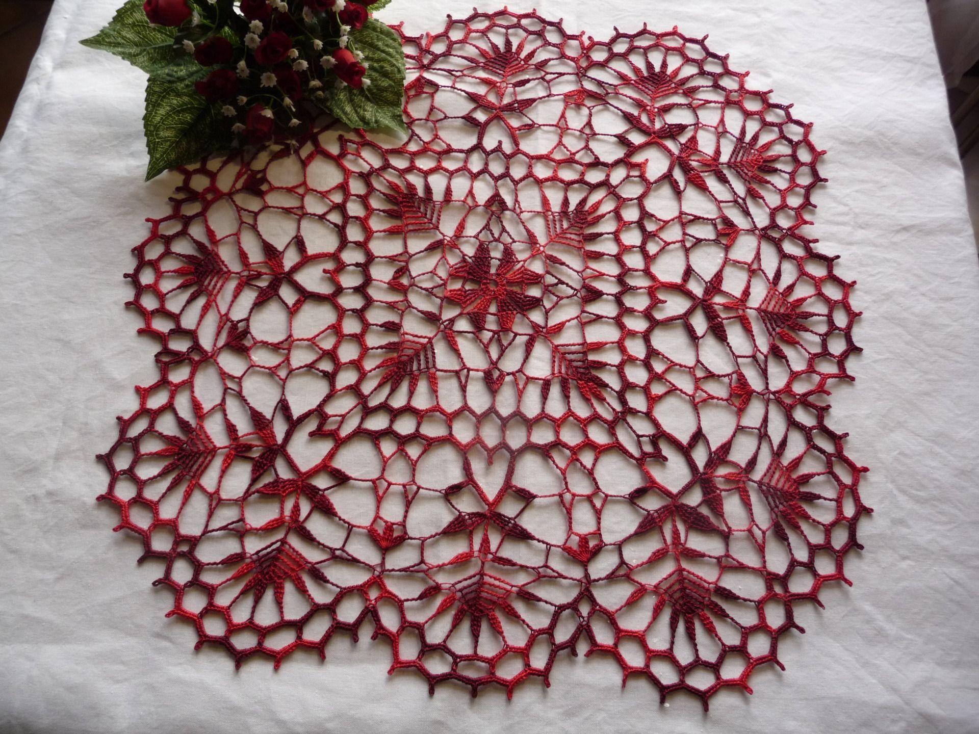 napperon carr au crochet fait main en coton rouge bordeaux d grad accessoires de maison par. Black Bedroom Furniture Sets. Home Design Ideas