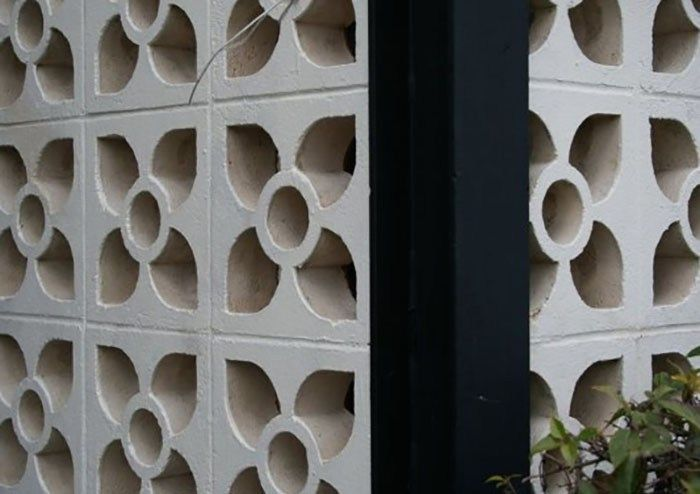 We Can See Wind Block Wall In Tropical Homes In The Past Normally A Fowl Wall Surface Is Put Over The Door Or Home In 2020 Breeze Block Wall Breeze