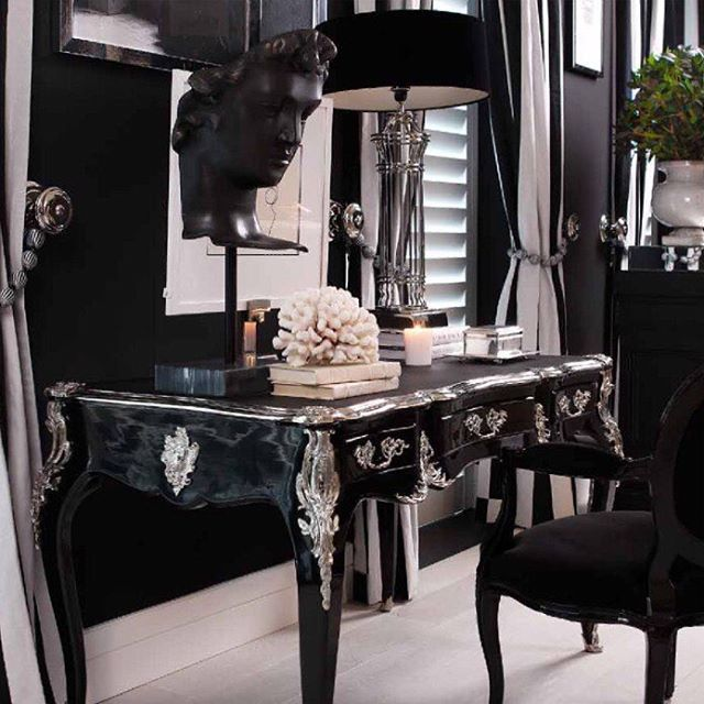 I'm in love with this beautiful desk