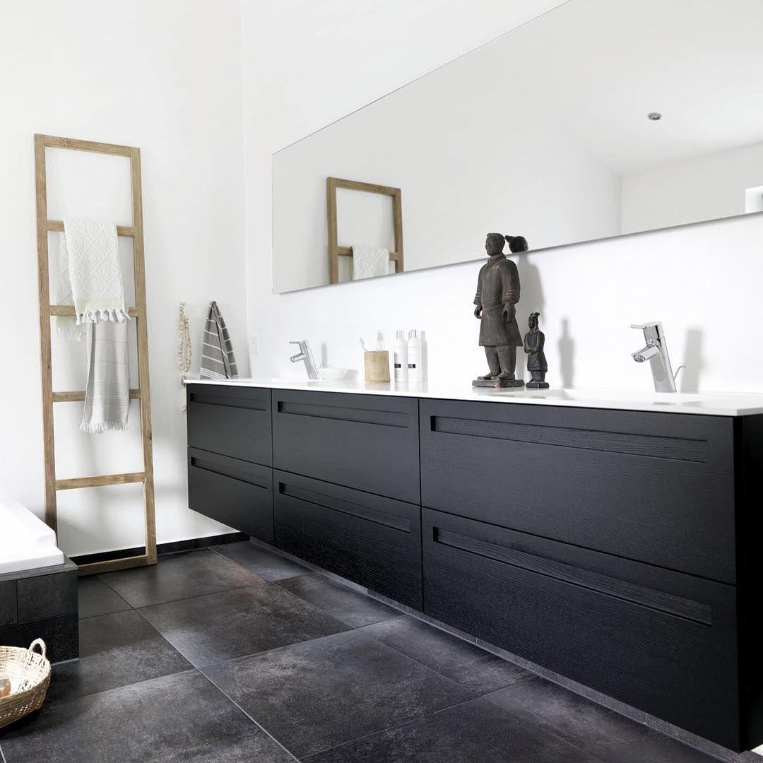 Kærlighed til godt håndværk ♥️ JKE Design bruger den stærke europæiske eg og håndsorterer stykkerne til hvert køkken og bad, så træstrukturerne er så ens som naturen tillader. Gribelister og indfræsede greb bruges mange gange hver dag og får en ekstra kraftig bejdsebehandling, så den sorte overflade forbliver smuk.