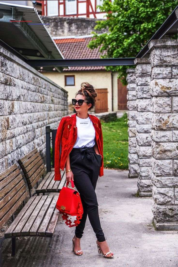 Photo of Outfit: Easy Look mit Papiertütenhose, roter Lederjacke und Sandalen – FashionH …