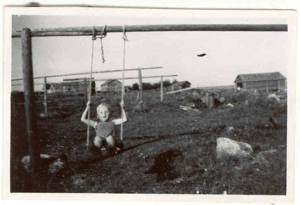 Verkonkuivaustelineitä Tankarissa 50-luvulla, pikkupoika keinuu.  #Tankar #Kokkola #Karleby #verkonkuivaus #Perämeri