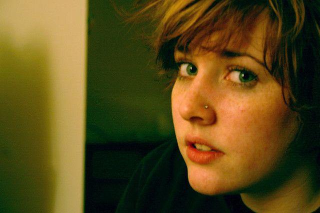 Foto de joven mirando a la cámara