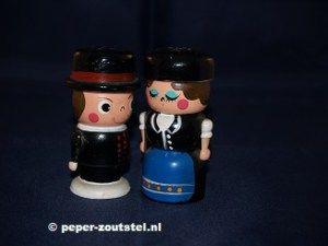 Man en vrouw met hoed, houten peper en zoutstel, verzamelen, verzameling