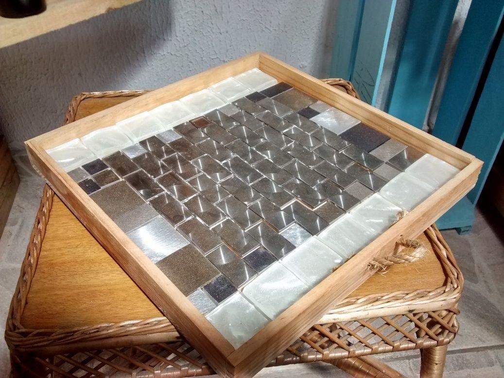 Bandeja de tampa de caixa de vinho Saiba mais em: http://mamaetbmfazarte.blogspot.com.br/2016/05/bandeja-de-madeira-com-tampa-de-caixa.html