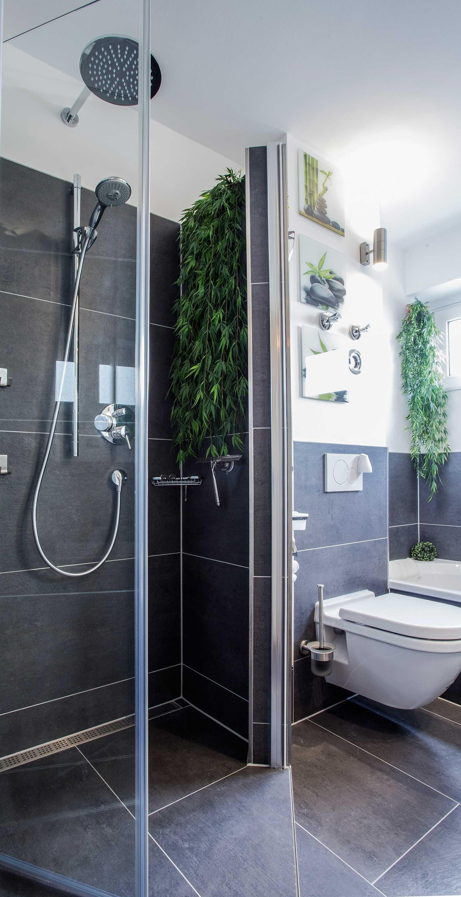 Modernes Bad mit ebenerdiger Dusche und Badewanne. www.mini bagno ...