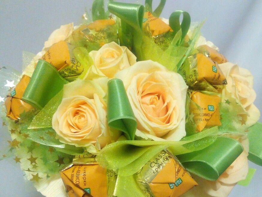 Тематические букеты из живых цветов и конфет, челны