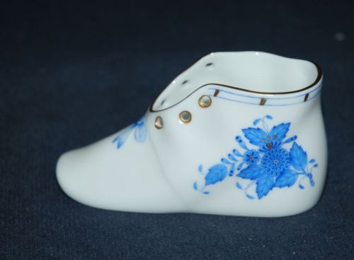 BEAUTIFUL HEREND HAND-PAINTED PORCELAIN BOY BABY SHOE W/GOLD ADORNMENTS https://t.co/SAjErrvfmc https://t.co/WwDcP7dWui