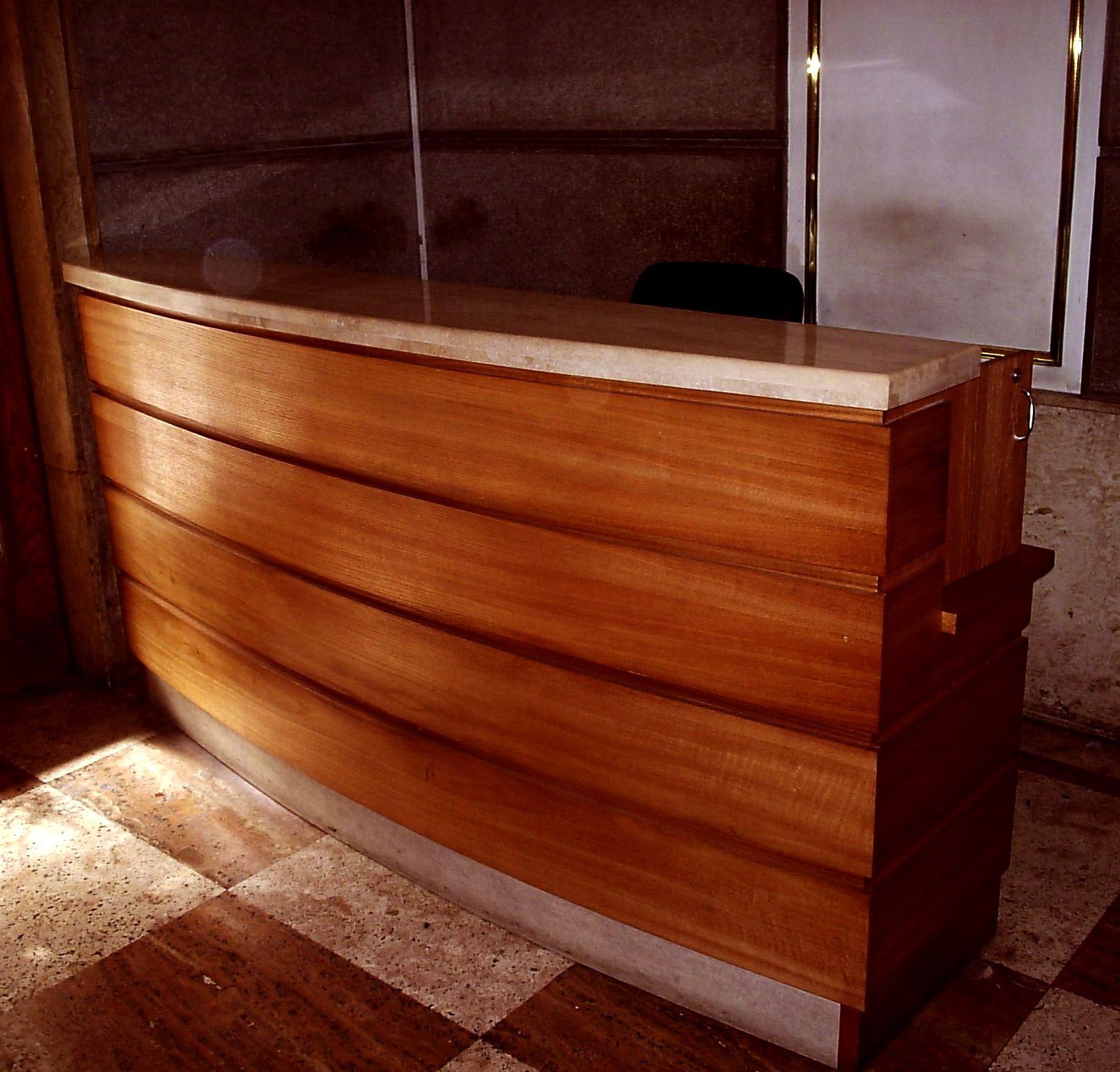 Mueble recepci n en madera de coigue y m rmol oficina for Mueble recepcion oficina