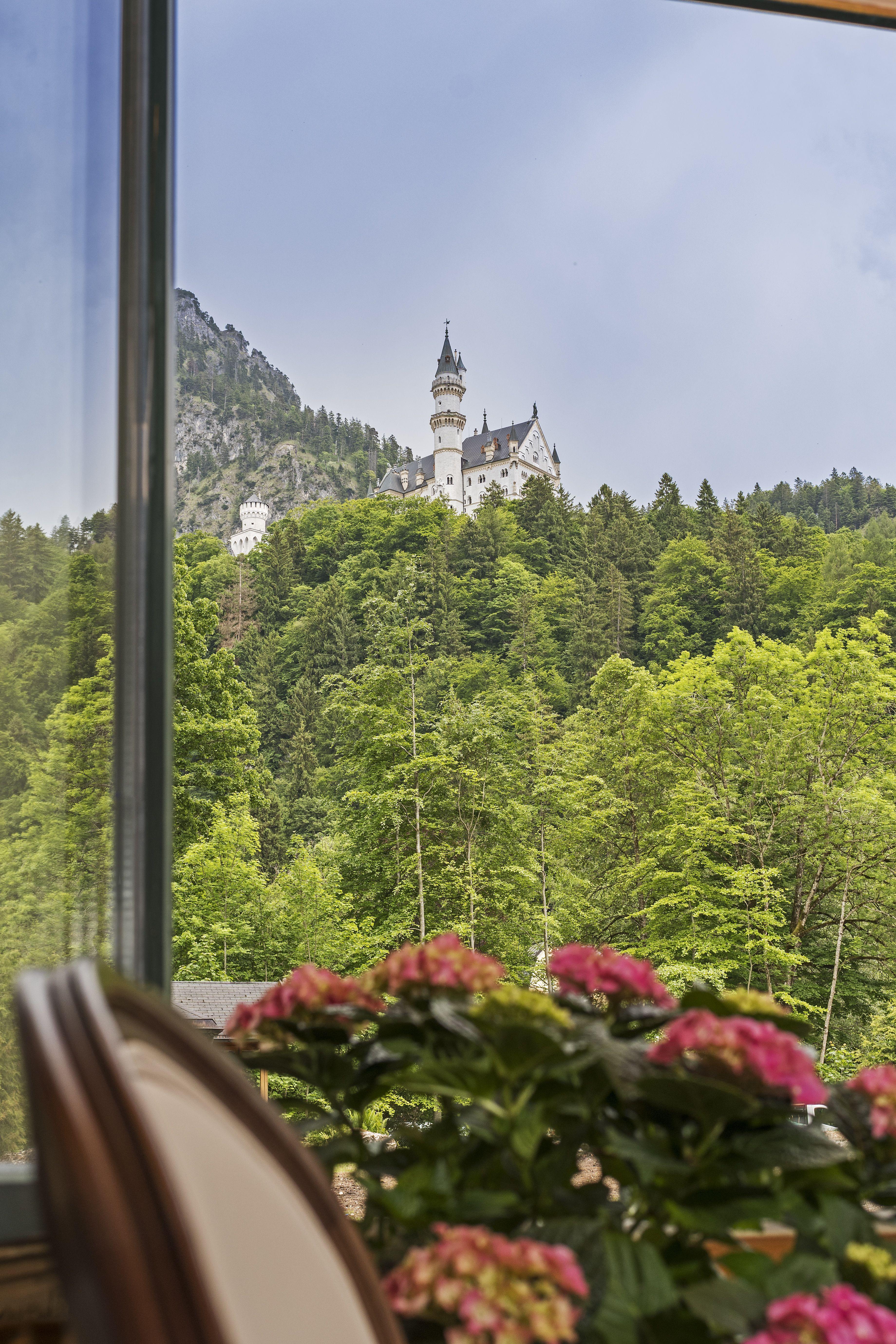 Auf Der Terrasse Unseres Chalet Und In Dessen Grossen Garten Befinden Sie Sich Am Fuss Des Schlosses Neuschwanstein Und Konnen Den Herrlichen Ausblick G Chalet