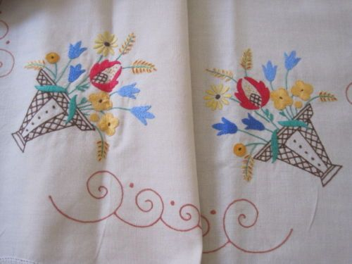 DIVINE-EXPERTLY-HAND-EMBROIDERED-VINTAGE-BASKETS-OF-FLOWERS-TABLECLOTH