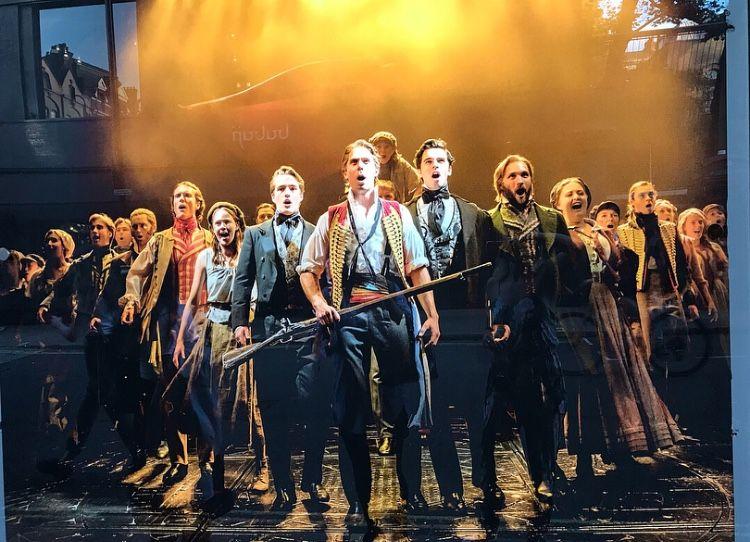 2018-2019 Les Misérables cast at the Queens Theatre in
