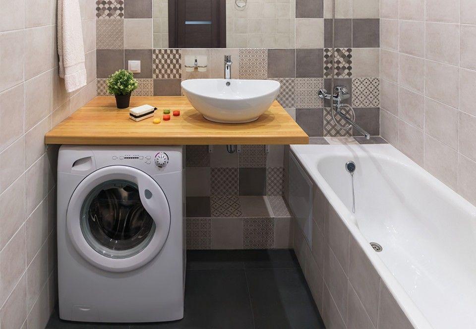 Waschtisch Aus Hellem Holz In Kleinem Badezimmer Ist Gleichzeitig Abdeckung Fur Waschmaschine Um Platz Zu Spare Waschmaschine Badezimmer Wasche Bad Inspiration