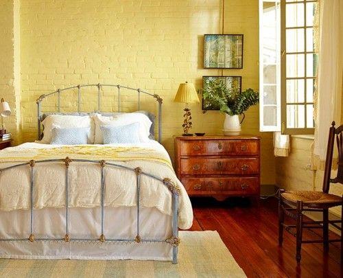 ideen schlafzimmer eklektisch gelbe ziegelwand dielenboden heller - teppich im schlafzimmer