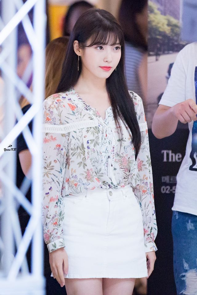 Iu S Floral Blouse Is Perfectly Accentuated By Her White Denim Miniskirt Korean Girl Fashion Fashion Iu Fashion