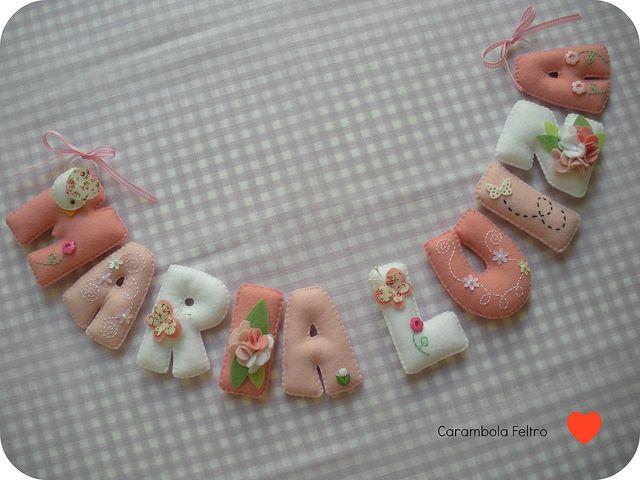 Filt-bogstaver med broderi og blomster
