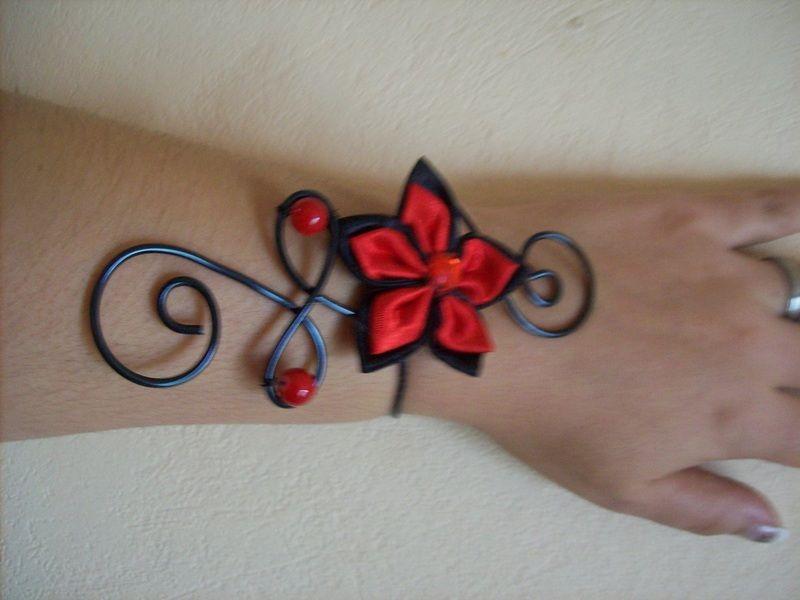 bracelet fil alu noir fleur rouge/noir mariage  de Pearle-dream sur DaWanda.com