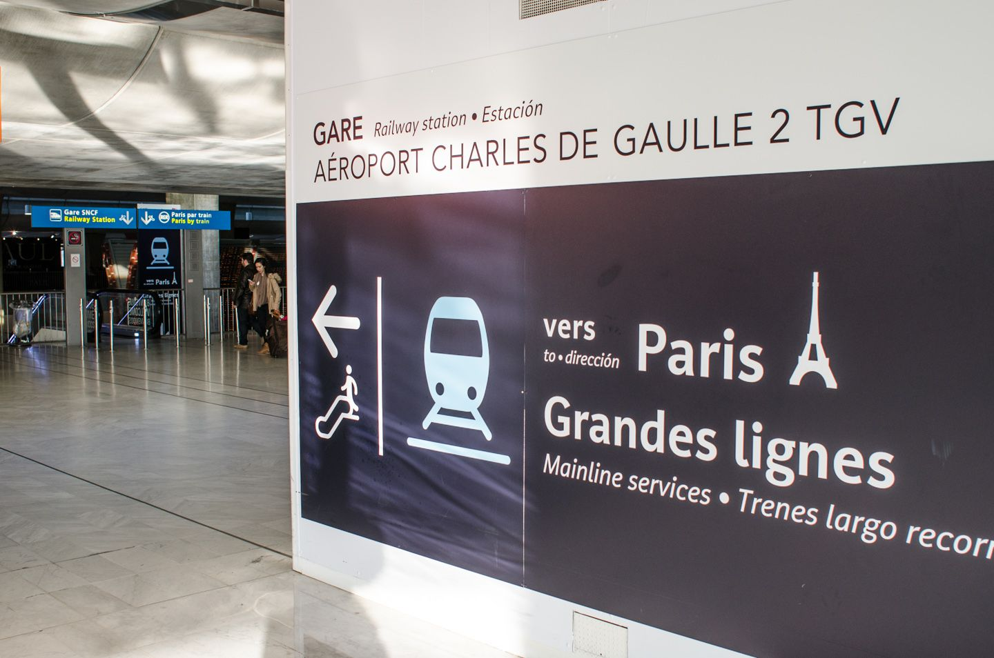 Instructions from terminal 2 to RER train