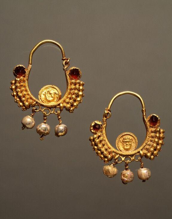 Earrings.⁰Culture: Roman ⁰Date: A.D. 2nd century⁰Medium: Gold, garnets, pearls