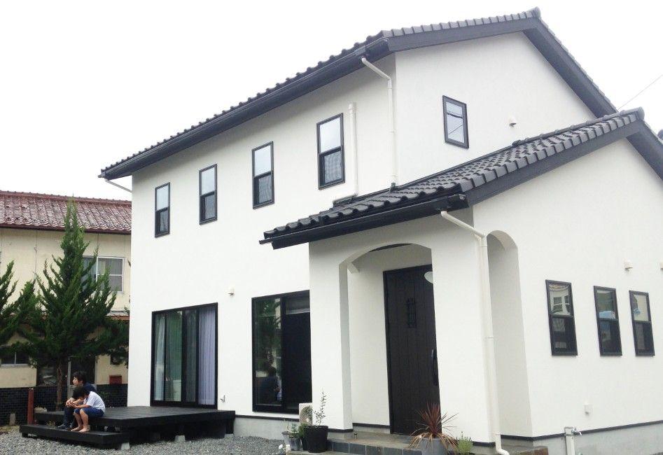 ホワイトの外壁にブラックの建具と屋根がメリハリのある外観スッキリ