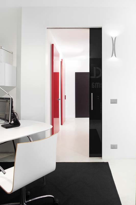 •Syntesis® Luce combines the integrated structure of the Syntesis® profile with a box-frame fitted with wiring conduits, so that the wall in which the counterframe fits can have light points, switches, dimmer controls, sockets and thermostats. Syntesis® Luce comes in the single-door version or matching double-doors completely vanishing.