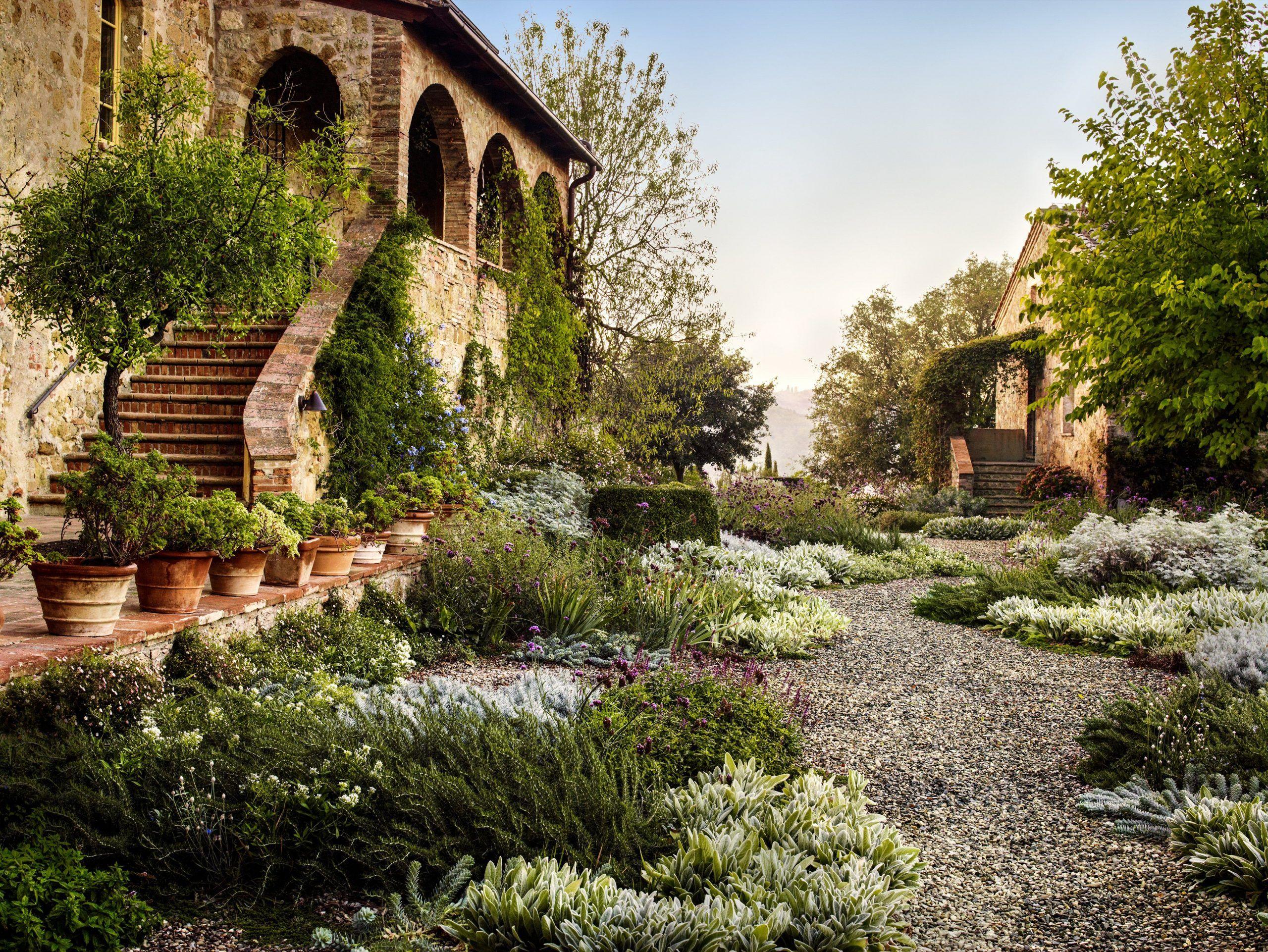 Under The Tuscan Sun Garden Designer Luciano Giubbilei S Italian Oasis Designer Garden In 2020 Toskanischer Garten Mediterrane Gartengestaltung Mediterraner Garten