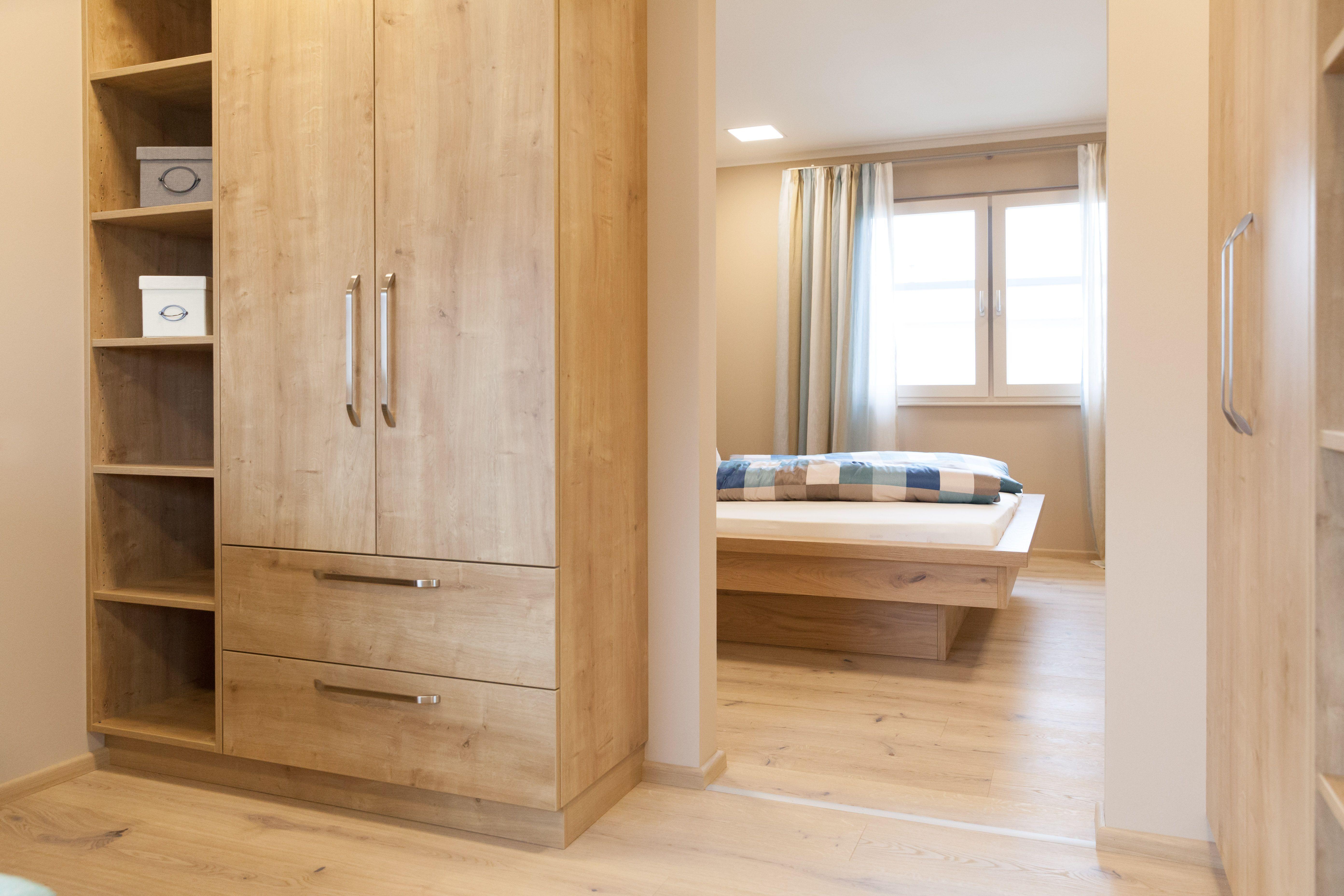 begehbarer Kleiderschrank direkt am Schlafzimmer im Trend 157 W im Musterhauspark Haid ...