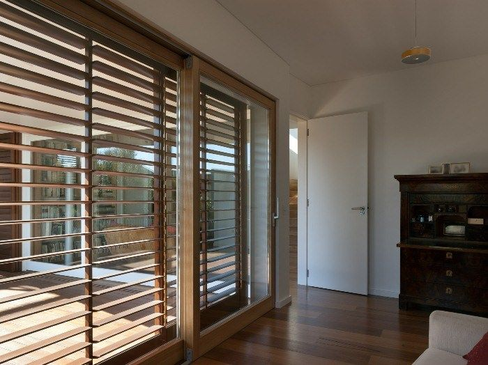 Effektvoller Sonnenschutz aus einer Holz-Jalousie sorgt für eine