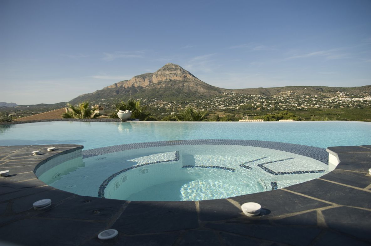 Spa en piscina desbordante