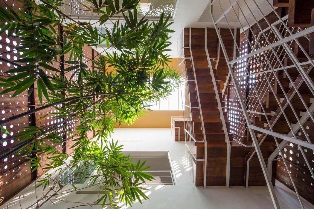 La végétation occupe une place essentielle dans l'ameublement de cette résidence de ville