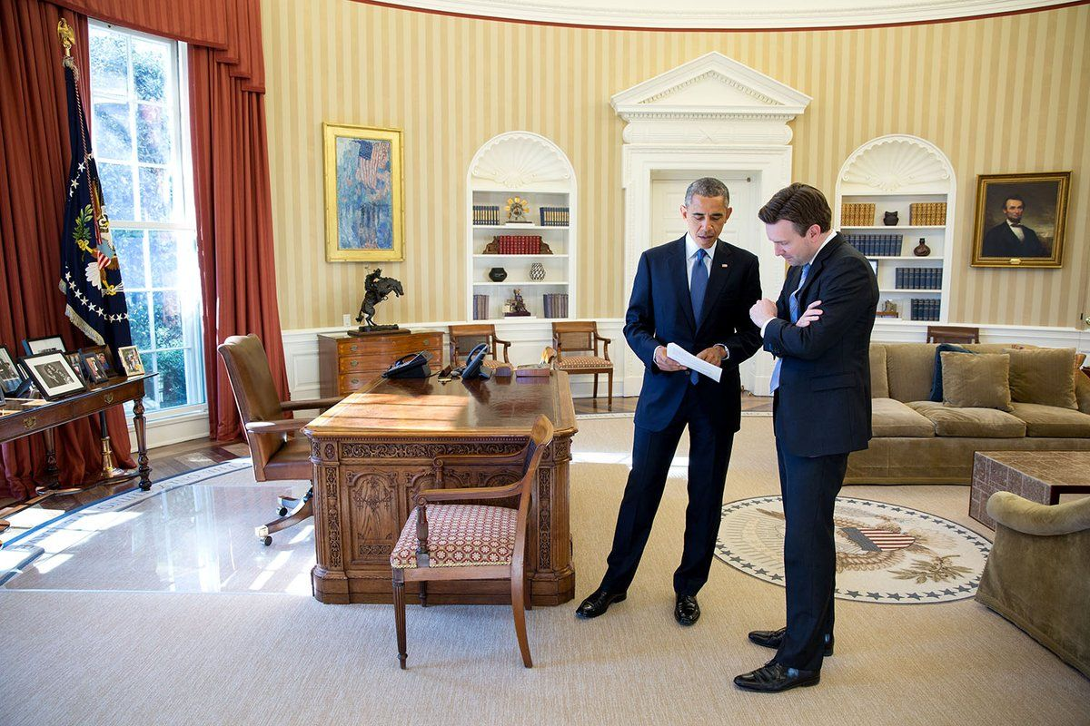 Obama Surprises Press Secretary Earnest At His Last Briefing White House Obama Obama Oval Office Barrack Obama