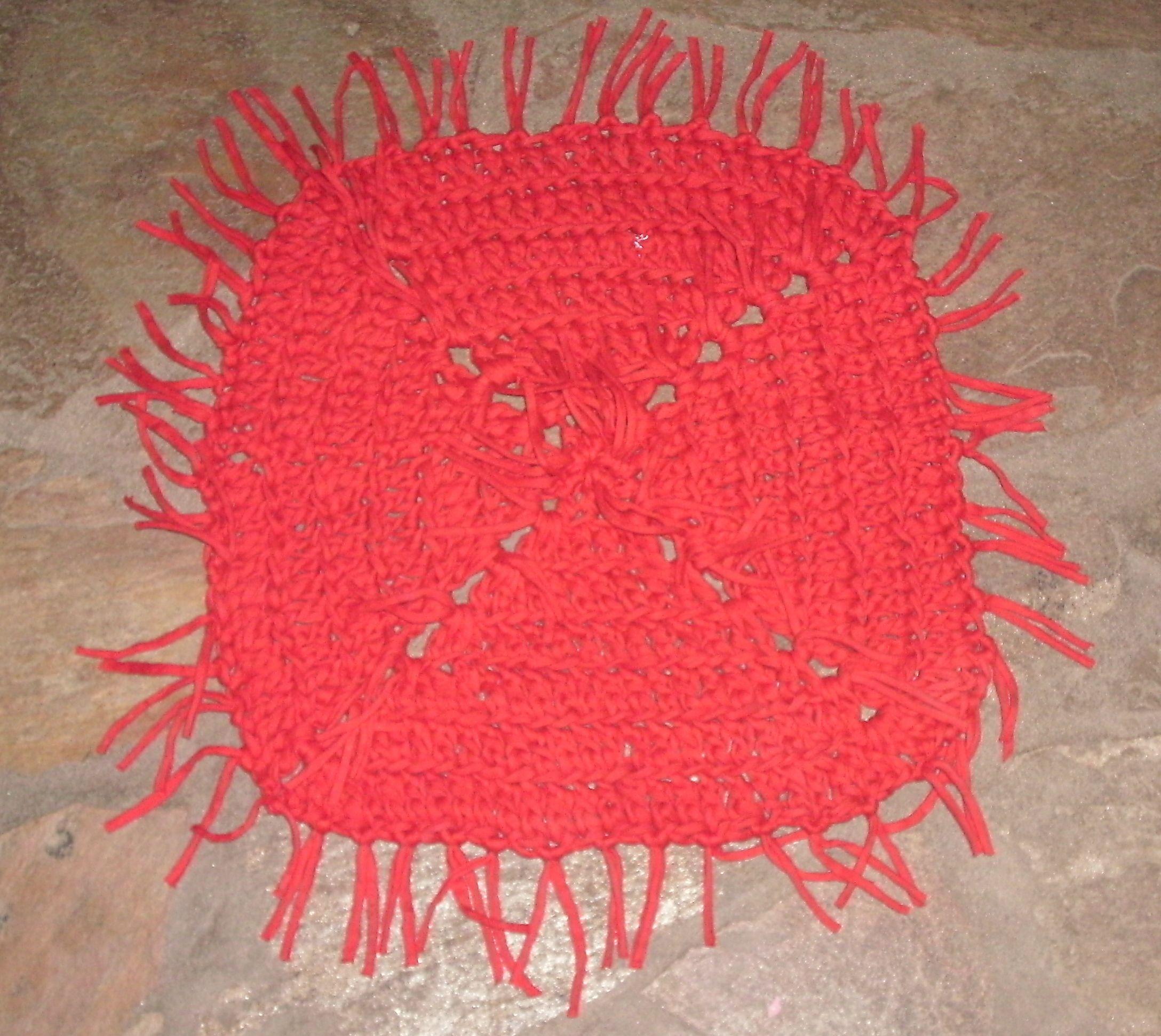 Alfombra cuadrada de totora roja con flecos del mismo color