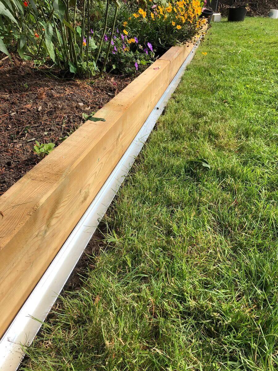 Rasenkante Aus Metall Mit Radlauf Vorbereitung Fur Den Mahroboter Rasenkanten Rasenkanten Ideen Gartengestaltung