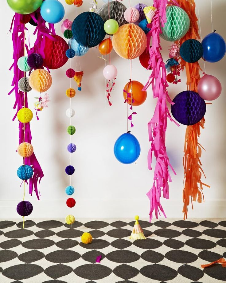 Festive backdrop party pinterest crepe paper for Balloon decoration color combinations